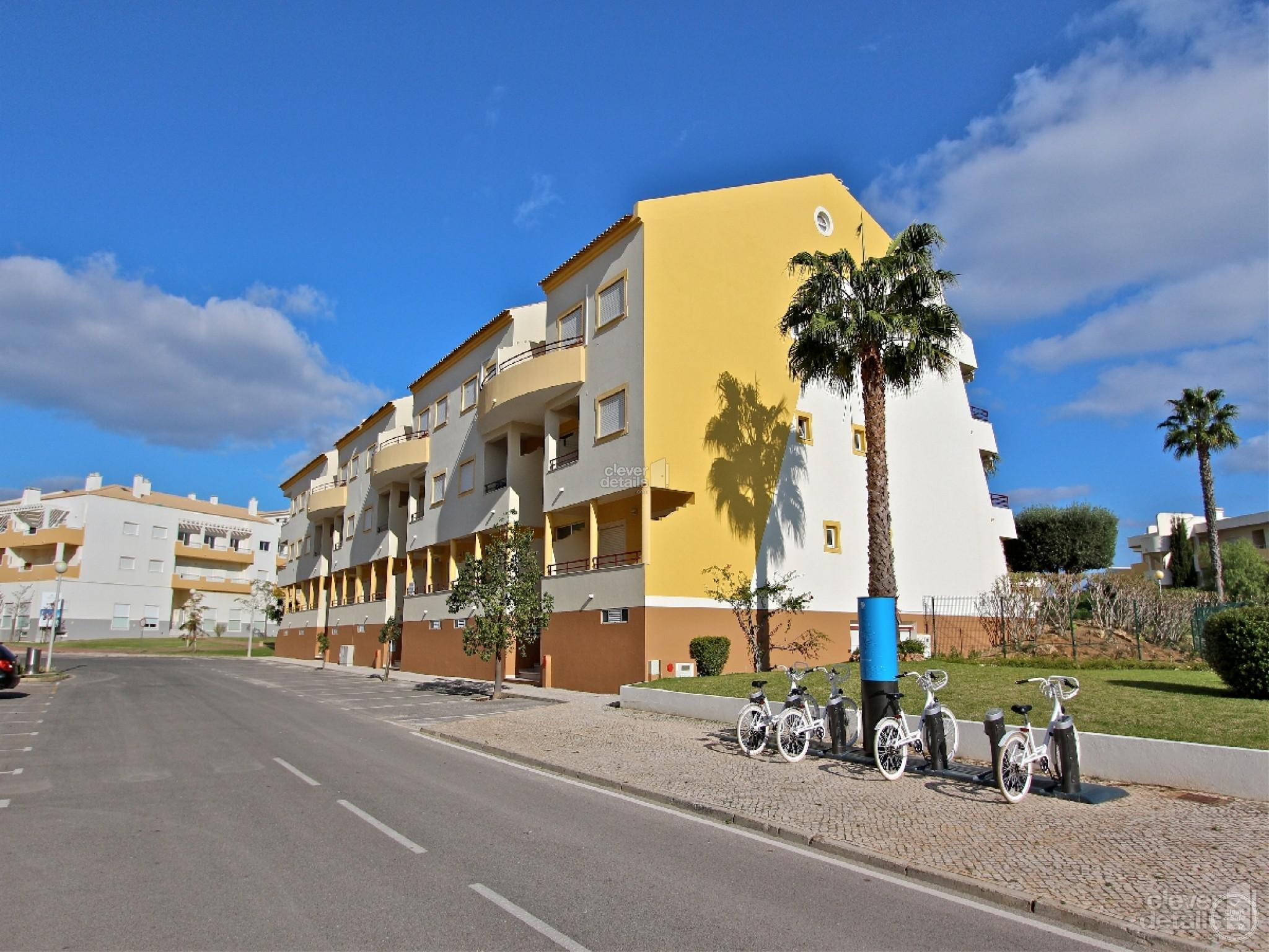 Vilamoura Holiday Apartments: This 3 bedroomed duplex penthouse apartment is located in a residencial area that is only 1,5 kms from the beach and the Marina of Vilamoura.