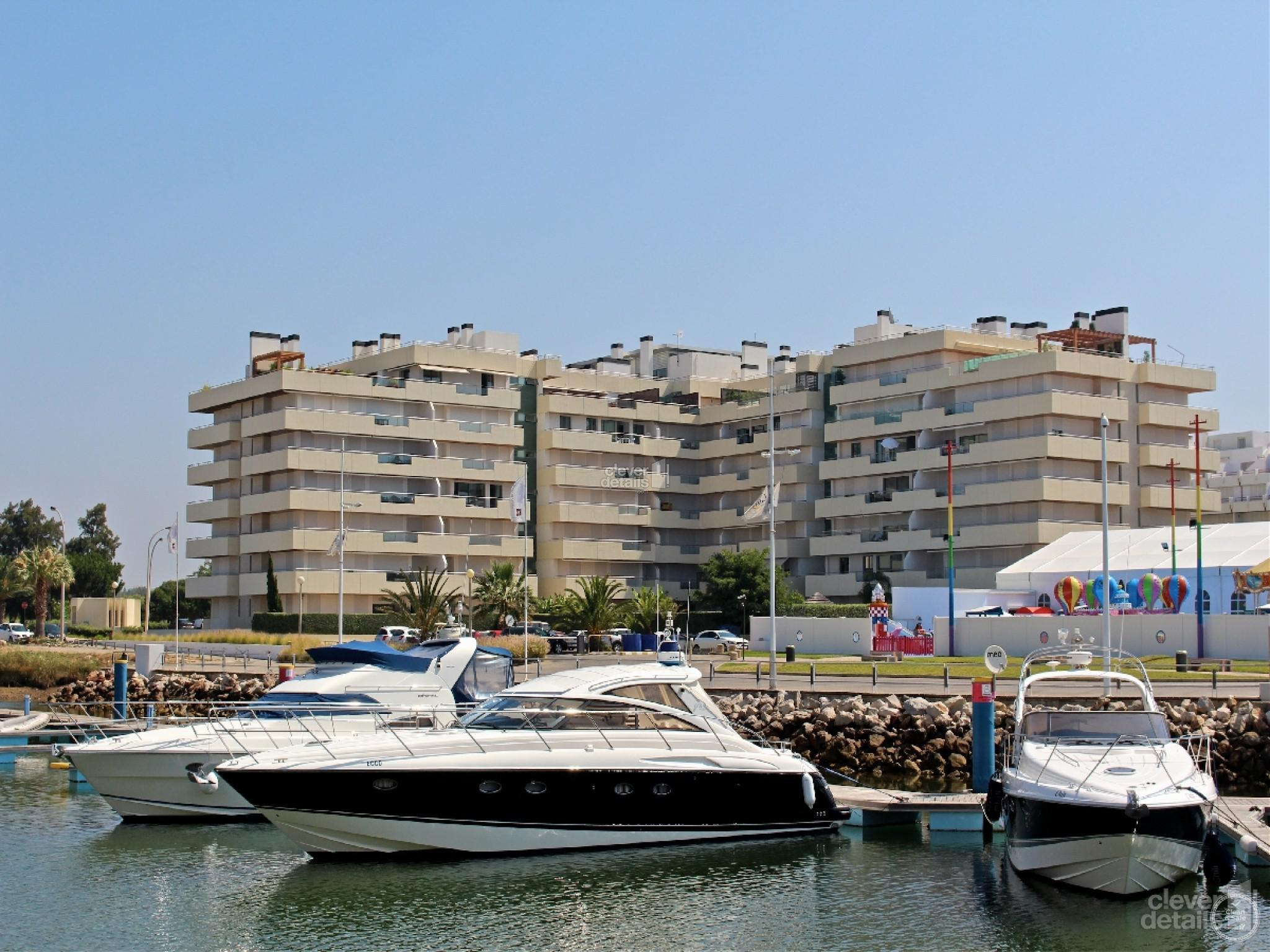 Luxury Holiday Apartments Vilamoura: This ground floor high quality 2 bedroomed apartment is in the luxury complex of Aquamar.